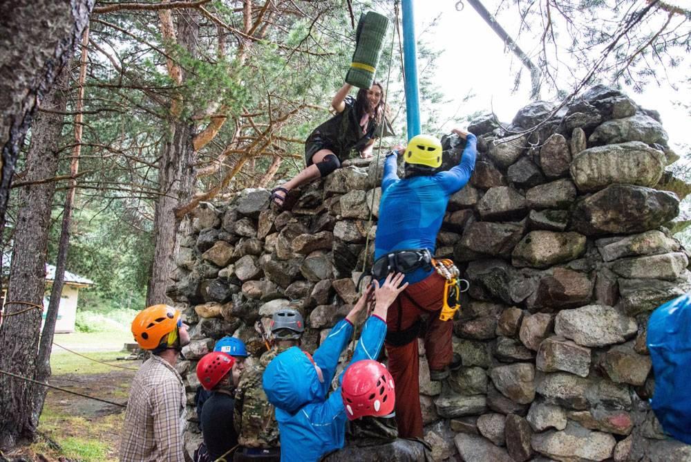 После восхождения старший инструктор проводит обряд посвящения в «значкисты» и в конце вручает значок альпиниста. Мишу заставили забраться на гору камней с помощью альпинистского снаряжения