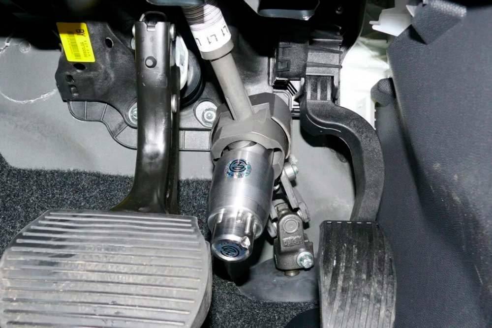 «Перехват» устанавливают на рулевой вал. Привращении руля устройство упирается в педали