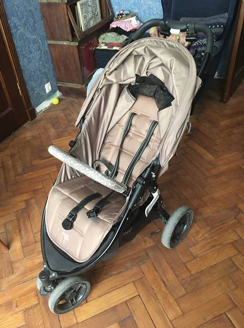 В прогулке малыша уже не защищают высокие бортики, поэтому нужны ремни безопасности: безних ребенок может случайно выскользнуть из коляски