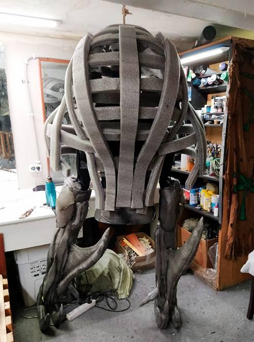 Это костюм варгульфа. На конструкцию из пластиковых труб нарастила изолоновое «мясо». С помощью строительного фена постепенно придавала нужную форму направляющим полосам из изолона. На фото ноги монстра уже сформированы, а верхняя часть пока нет