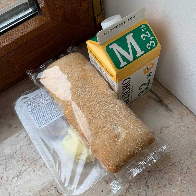 Холодильника нет, поэтому по старинке — на подоконнике