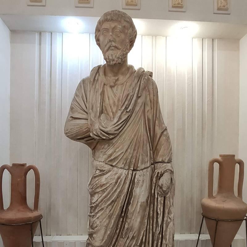 Точная копия статуи правителя Горгиппии Неокла. Оригинал перевезли в Пушкинский музей из-за его большой исторической ценности