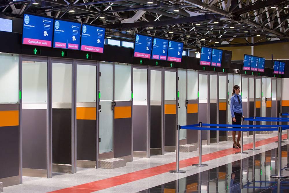 Если пассажир зайдет за красную линию, ему не выпишут штраф. Однако старший наряда подойдет и попросит встать на место. Фото: «Яндекс-дзен»
