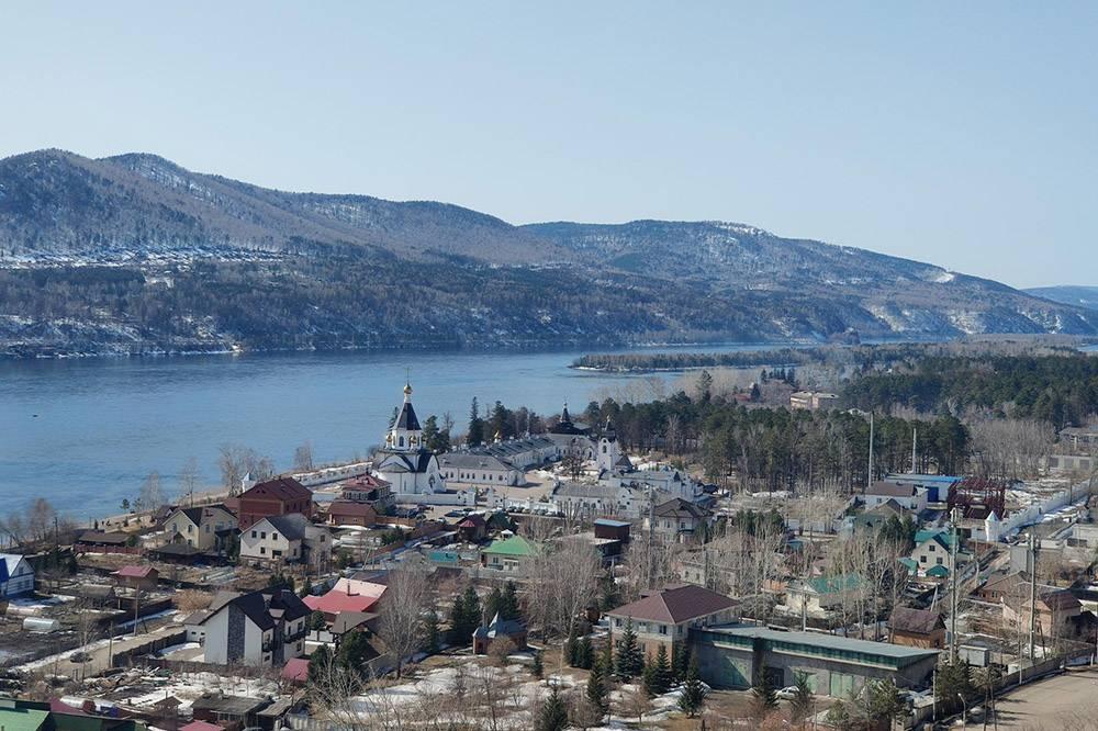 Вид на монастырь с «Красивого берега». Туда приходят фотографироваться молодожены и выпускники