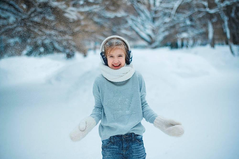 Этот снимок ясделала в2019году, вовремя обучения вфотошколе. Кэтому моменту я поменяла технику инаучилась сней работать. Фотография резкая, хотя ребенок снят вдвижении. Ясмогла грамотно подобрать настройки камеры, размыть задний фон ипоймать четкие снежники напереднем плане