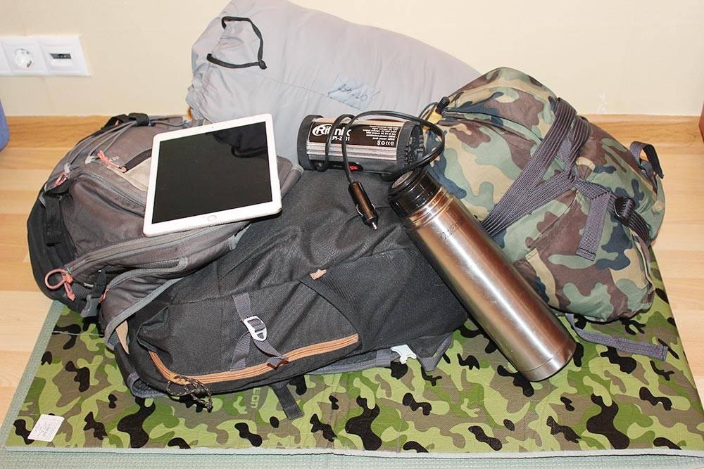 Наш дорожный комплект: два рюкзака на 30 и 35 литров, инвертор, термос, два спальника, две пенки и планшет