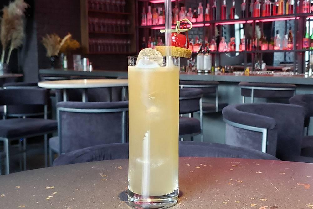 Коктейль «Доминикана»: ром «Бругал XV», персиковый ликер, сок лайма и кокосовая вода
