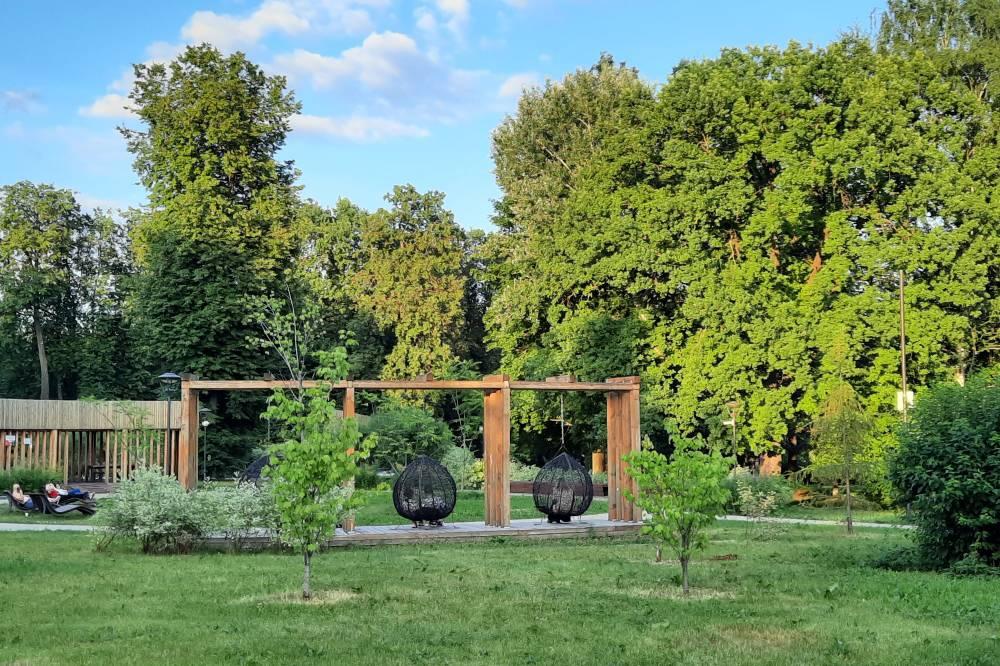 Приехав к нужной остановке, решаю прогуляться в парке рядом с метро «Ботанический сад». Погода очень комфортная. Тихий, безветренный, спокойный летний вечер
