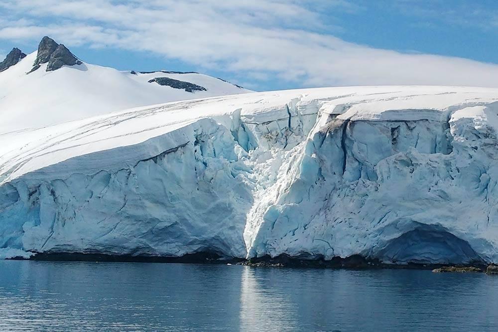 Небольшой ледник на острове Гринвич. Приближаться чересчур близко к ледяным стенам опасно из-за периодически откалывающихся кусков