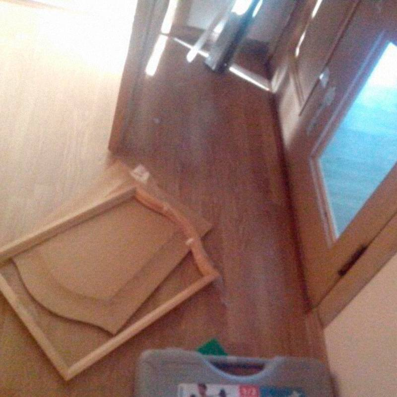 Чтобы поменять межкомнатные двери, нам нужно порядка 100тысяч рублей. А пока двери у нас картонные, их может выбить даже кот. Однажды мы забыли кота в спальне и закрыли дверь, а он решил выйти — последствия на фото