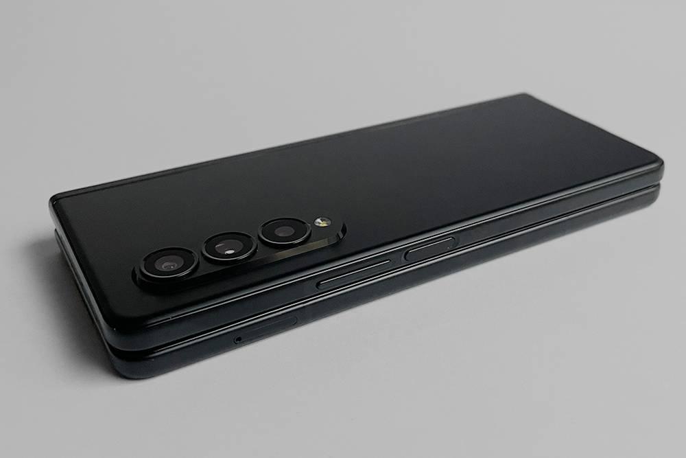 У телефона есть сканер отпечатка пальцев, встроенный в кнопку включения