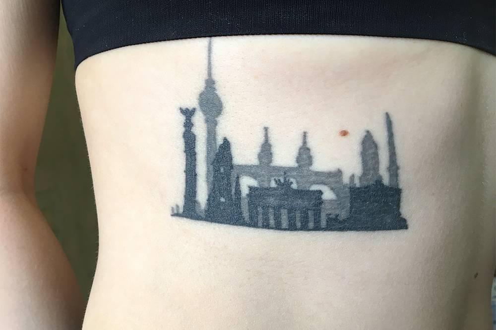 Я сделала татуировку на ребрах, было больно. Ее размер — 10 × 6 см
