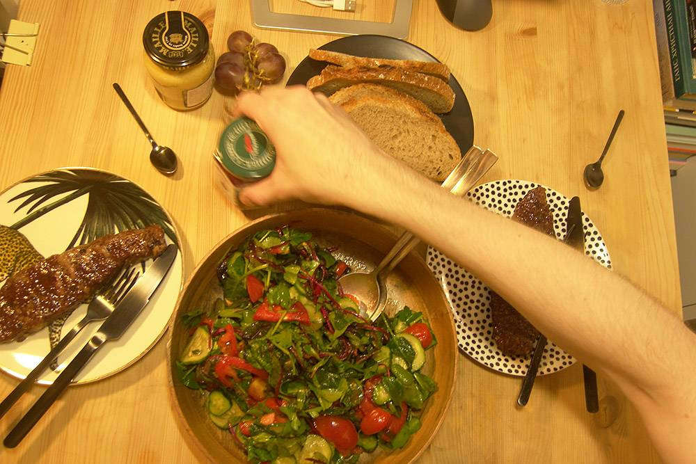 Пока ужинать приходится за рабочим столом, потеснив мышь