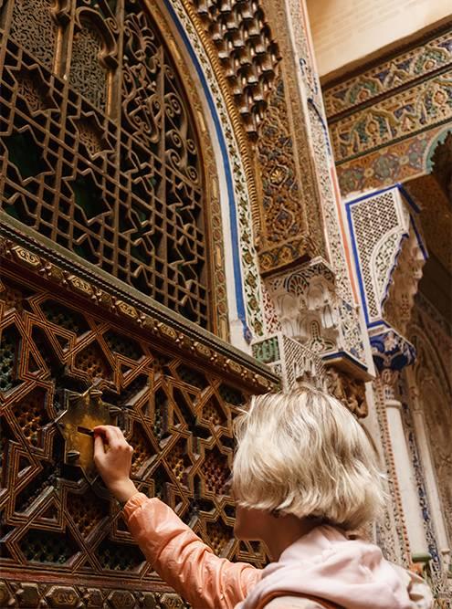 В одной из стен медресе Аль-Карауин есть отверстие дляпожертвований, но туристы кидают туда монетки и загадывают желания