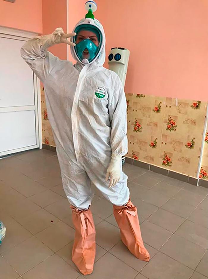 Для того чтобы маска дляподводного плавания защищала врачей от вируса, нужно соединить ее с фильтром с помощью переходника. Такие переходники печатают на 3D-принтерах и бесплатно раздают медикам