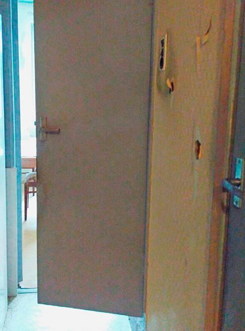 Квартира до перепланировки. Раньше между кухней и коридором была перегородка и бесполезный дверной проем. Перегородка закрывала доступ света в коридор, а дверной проем перекрывался приоткрытии дверей в туалет и ванную