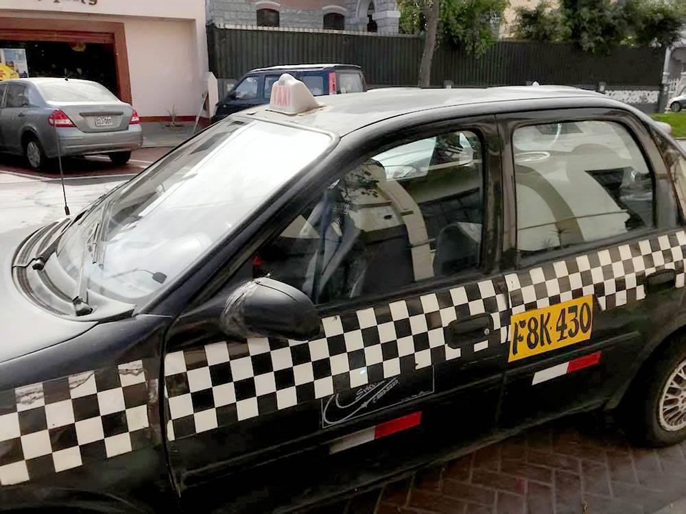 Лицензия указана на дверях машин. Водители таких такси могут не знать маршрута. Мне пришлось показывать дорогу до музея «Мали»
