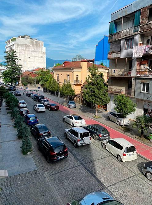 Улица Парнаваз Мепе у нашей второй квартиры