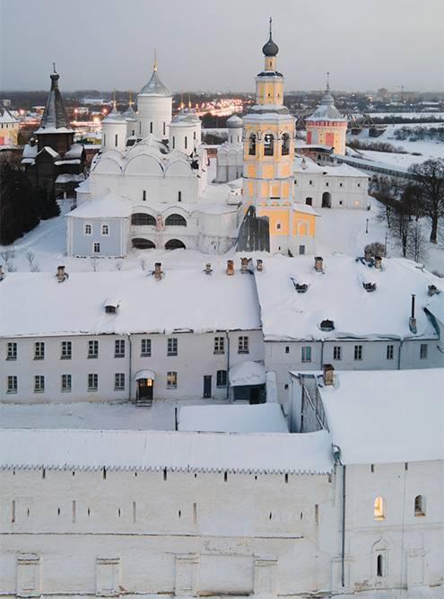 В Спасо-Прилуцком монастыре строго следят за дресс-кодом посетителей: привходе выдавали платки и юбки