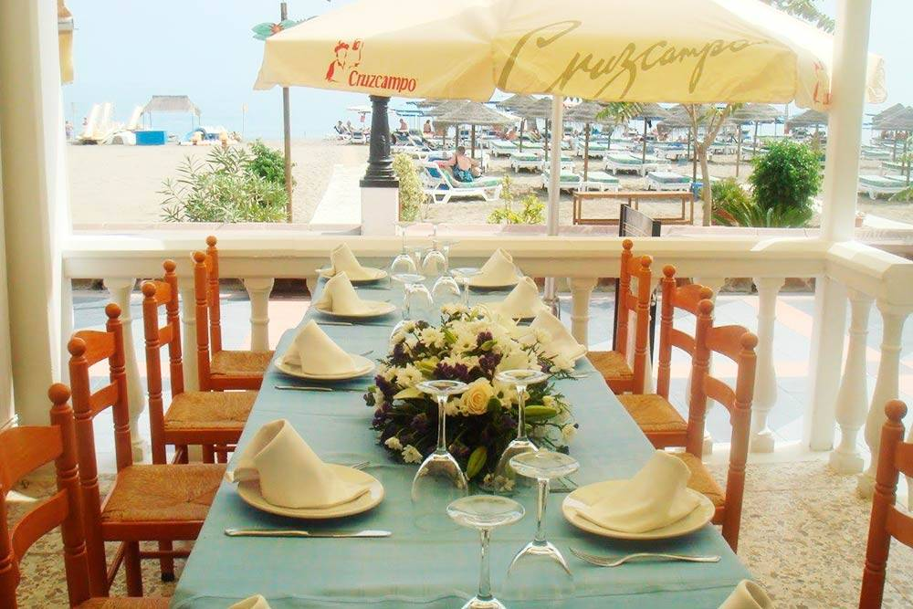 Сервированный стол длясвадебного обеда в ресторане на первой линии пляжа
