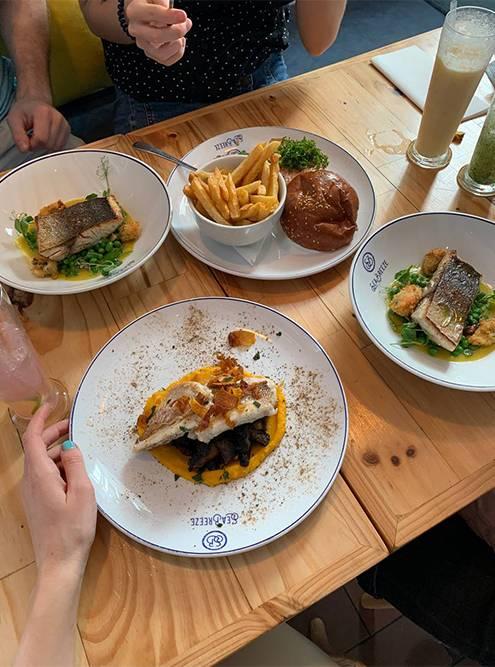 Все блюда в Sea Breeze — из рыбы или морепродуктов. Фото: Ульяна Грушина