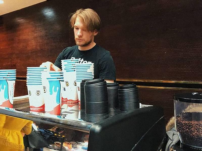 Стаканчики заказывали с печатью логотипа в Екатеринбурге, партиями по 5000&nbsp;штук, один стакан стоил 7<span class=ruble>Р</span>