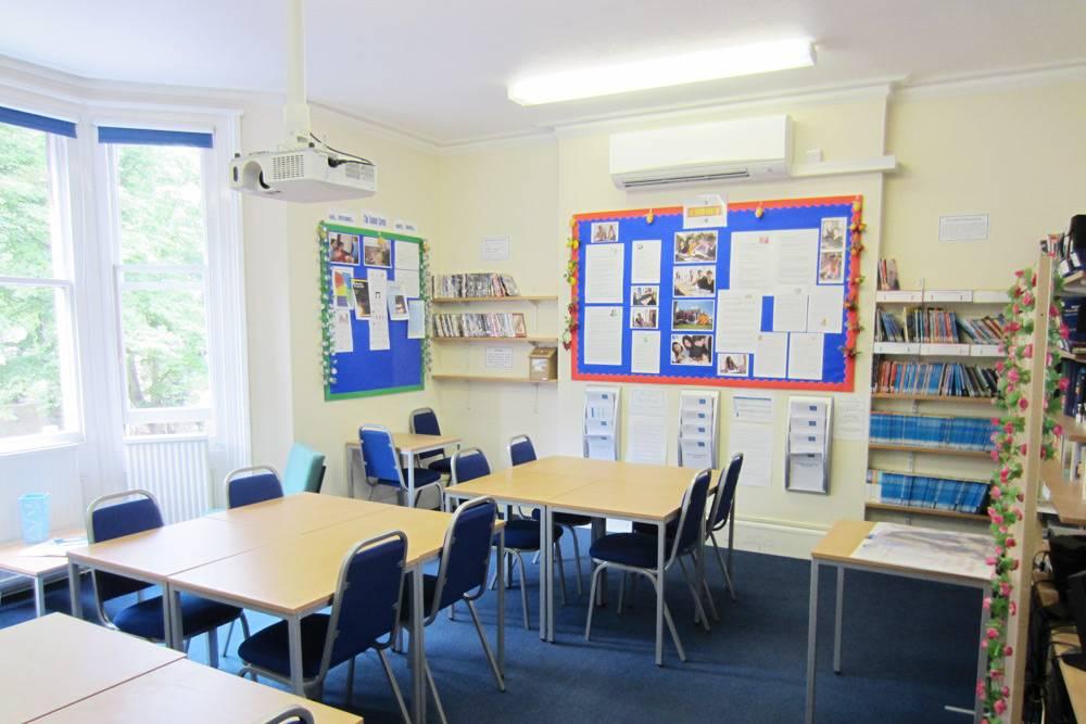 Учебный класс в школе Studio Cambridge, в классе максимум 16 человек. Две недели обучения стоят 91 тысячу рублей. Фото: Studio Cambridge