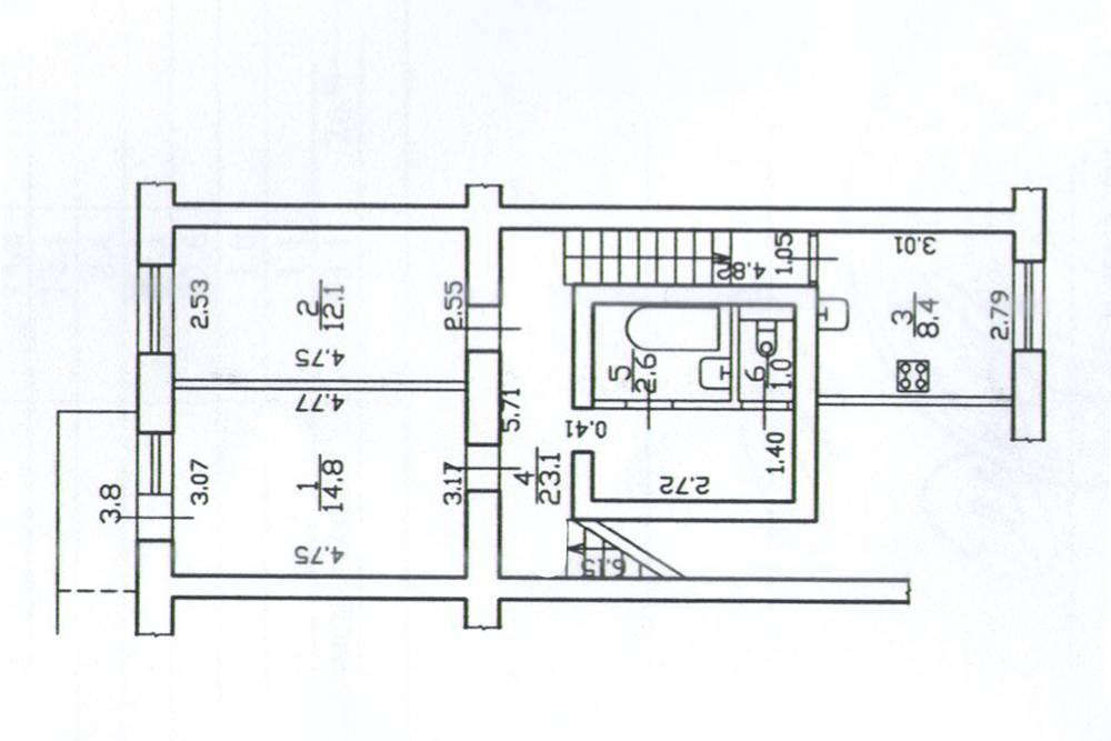 На схеме не хватает прихожей, которая на один уровень ниже комнат. Окно кухни выходит на Московский проспект, спальни и гостиной — во двор. Удобно