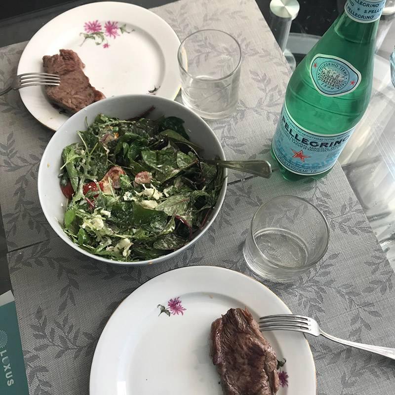 Снова наш типичный обед: мясо и салат