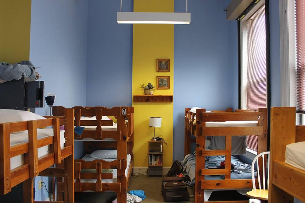 Комната в хостеле с большими удобными кроватями и высоким потолком. У стены — шкаф дляценных вещей с замками. В 8-местном номере было только три человека. В Нью-Йорке комнаты обычно забиты подзавязку