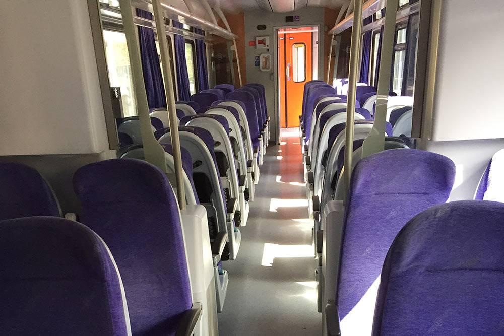 Так поезд выглядит внутри: два ряда по два кресла
