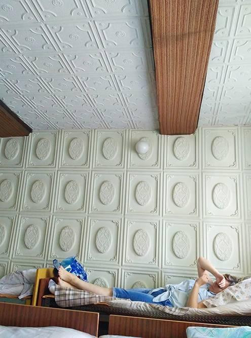 Дневной стационар в казанском ПНД. Это палаты, где кровати заправлены, обтянуты полиэтиленом, поверх которого нужно класть свою простыночку. После капельницы невозможно не уснуть, выключает часа на три, поэтому хорошо, когда в женской палате оказывается свободное место