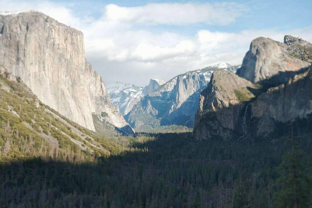 Наиболее известный вид на долину Йосемити со смотровой площадки «Таннел-Вью»: слева — монолит Эль-Капитан, справа — горный водопад Брайдлвейл, в центре — скала Хаф-Доум