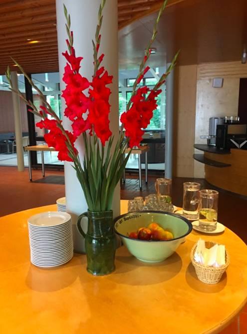 Во время перерыва на кофе подавали фрукты и сладости