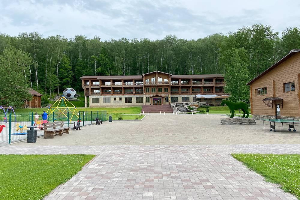 Так выглядит главный корпус экоотеля. Справа на первом этаже — летняя веранда ресторана, а на последнем — мой номер