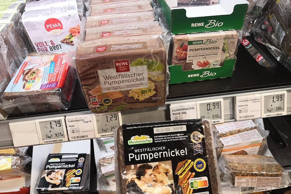 Полка с вестфальским хлебом пумперникель в супермаркете «Реве»