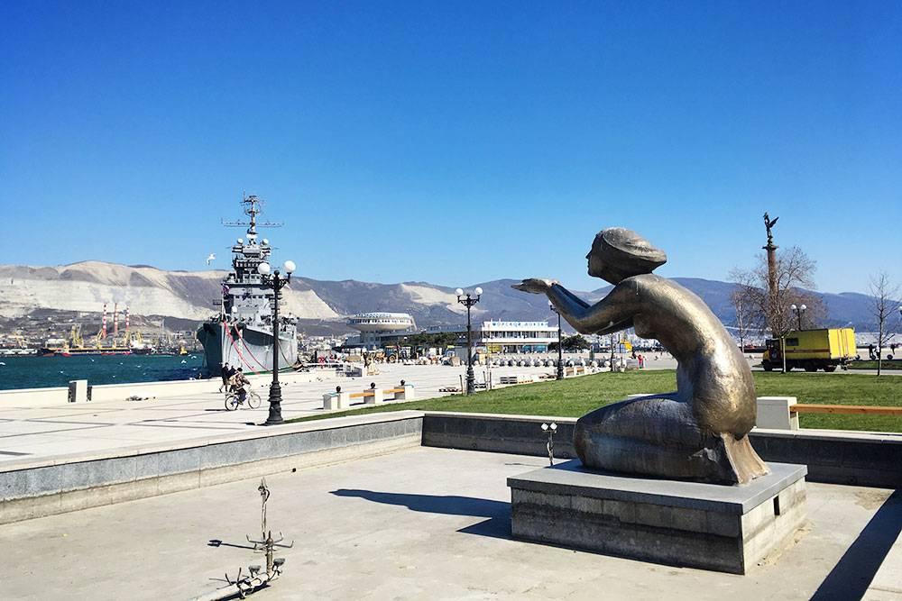 Памятник «Дарующая воду» рядом с крейсером напоминает о том, что до 1971года питьевую воду в Новороссийск привозили в танкерах из Туапсе. Жители специально приходили за ней с бутылками и бидонами. Водопровод построили только в 1971году