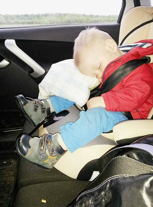В первом кресле ребенок часто засыпал в машине. Приходилось его будить и сажать или останавливаться и ждать, когда хоть чуть-чуть поспит.