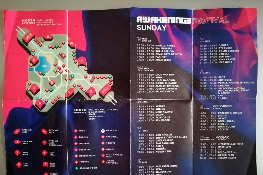 Такие карты выдают у входа на фестиваль: тут обозначены сцены, указано расписание выступлений артистов и инфраструктура фестиваля