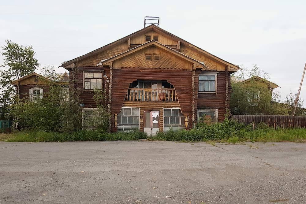 Деревянное здание аэропорта в поселке Сеймчан — оно до сих пор используется как аэропорт и метеостанция