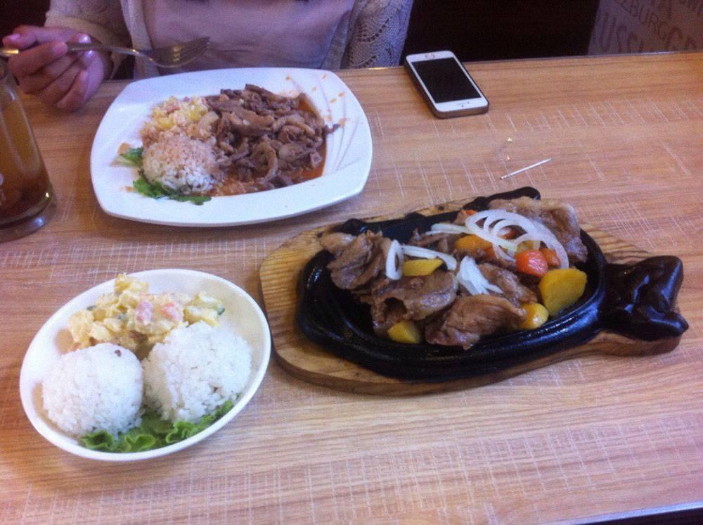 За этот обед в столовой в центре Улан-Батора мы заплатили 12 000 тугриков (285<span class=ruble>Р</span>). Тут примерно полкилограмма говядины и баранины