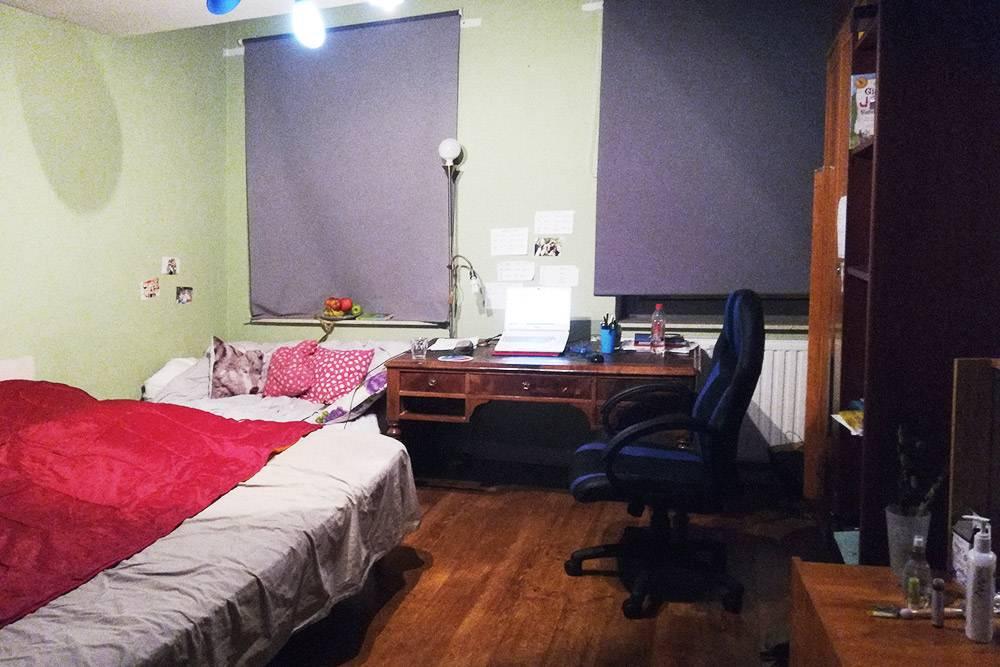 Комната Беллы. Кровать удобная, с хорошим матрасом. Мебель разрешили переставить, как захочется