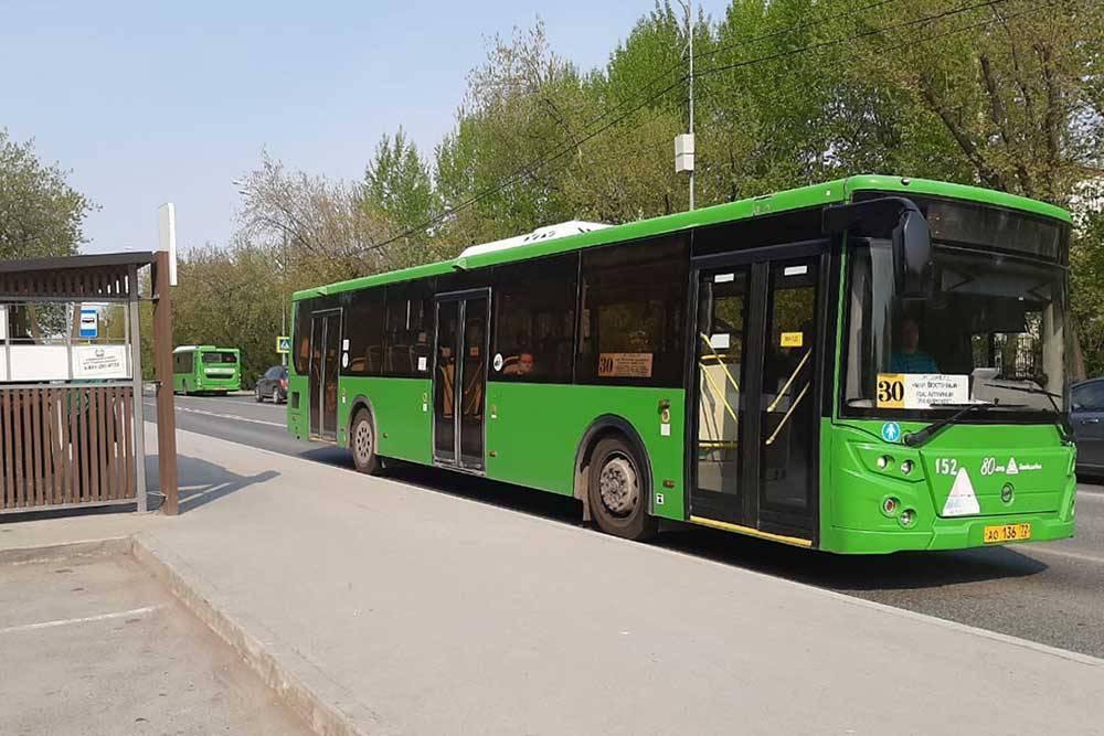 Большинство автобусов и маршруток выкрашены в одинаковый зеленый цвет