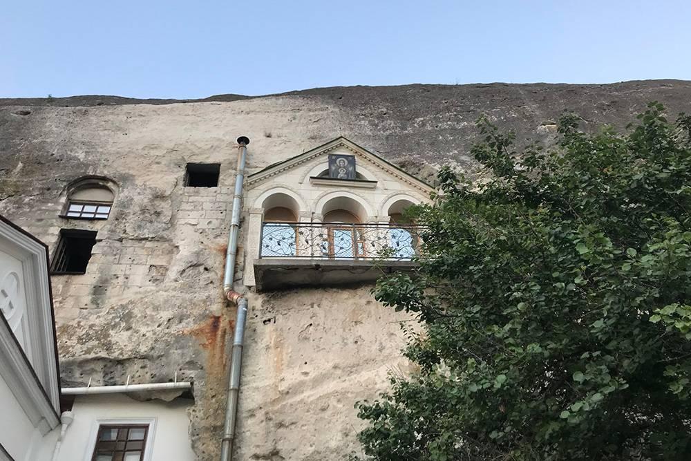 Инкерманский монастырь — один из старейших в Крыму. По некоторым данным, его основали еще в 8 веке. Во время Второй мировой войны в пещерах монастыря размещалась армия. Богослужения в комплексе возобновили только в 2019году