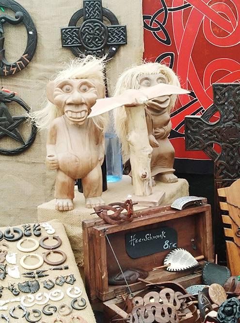 В деревне продавалось много необычных сувениров