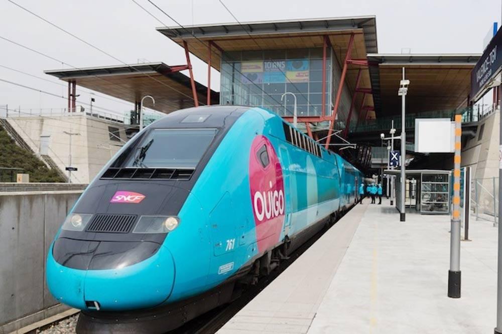 Так выглядит поезд Ouigo. Внутри — подобие аэроэкспресса. Фото: Ouigo