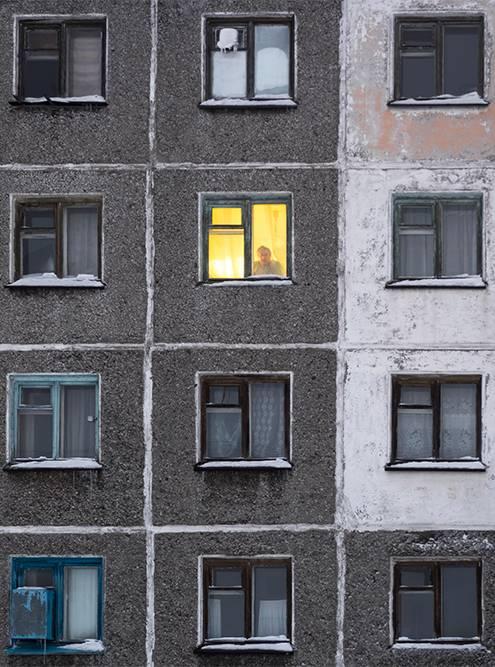 В этой пятиэтажке в поселке Заполярном заселены только две квартиры. Мне повезло заснять жильца одной из них