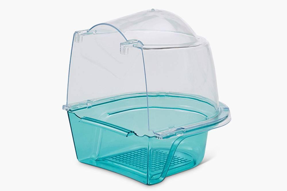 Купалки крепятся на открытую дверцу клетки. Стеночки не позволяют попугаю разбрызгивать воду. Такая купалка стоит 350<span class=ruble>Р</span>. Источник: zveryatam.ru