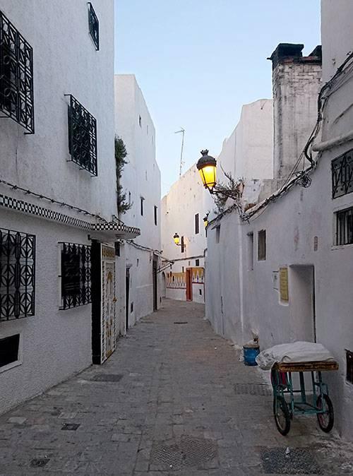 Пустынные улицы в Марокко днем