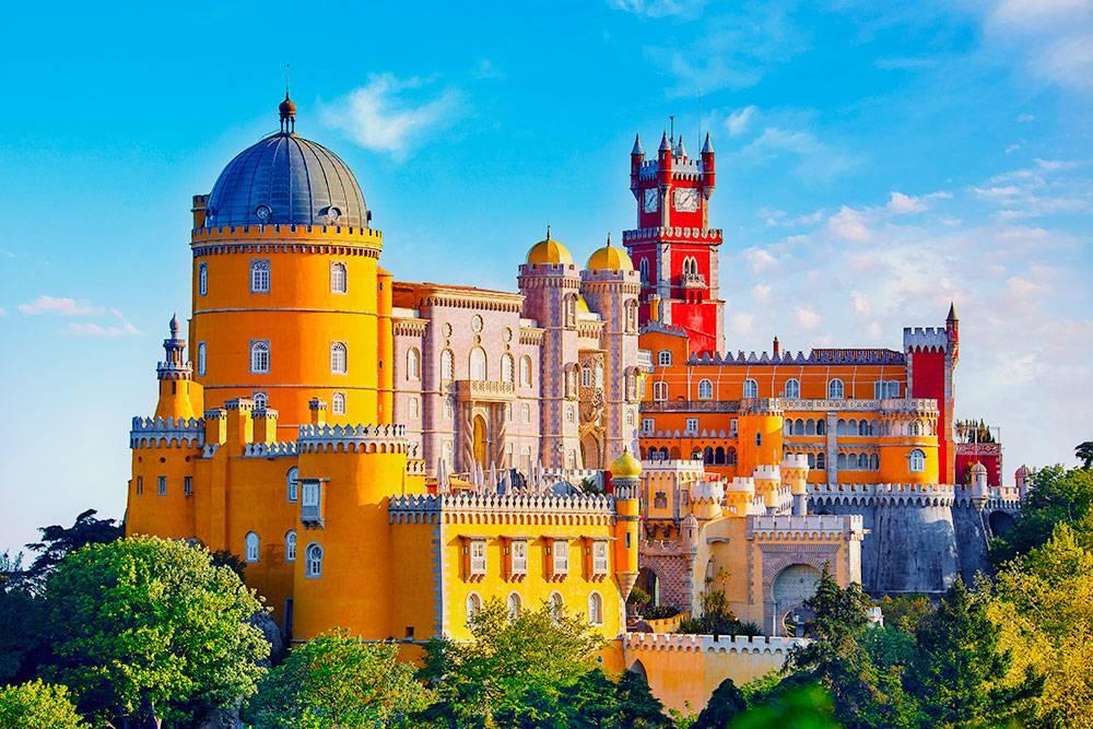 Дворец Пена в Синтре похож на красочный торт. Источник: Yasonya / Shutterstock